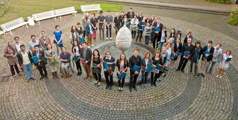 Gruppenfoto der Stipendiaten 2013 im Innenhof der Mensa am Park. Bauhaus-Universität Weimar; Bild: Thomas Müller