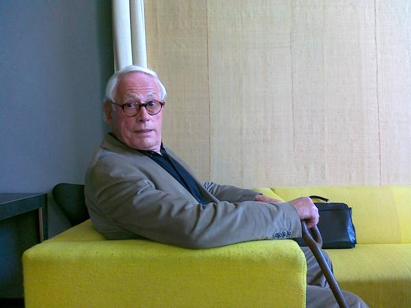 "Design-Legende Dieter Rams war am 20. April unser Gast in der Ringvorlesung ""Entwurfskulturen"". Foto von Dieter Rams in einem Lehnstuhl im Gropiuszimmer des Hauptgebäudes der Universität."