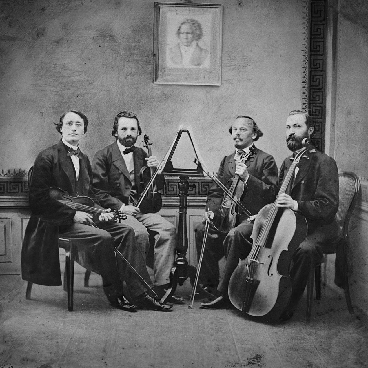 Lauterbach-Quartett der Dresdner Hofkapelle mit J. Ch. Lauterbach, F. Hüllweck, L. Göring und F. Grützmacher. Bemalte Montage nach der Fotografie von F. Edlich (Dresden, ab 1862).