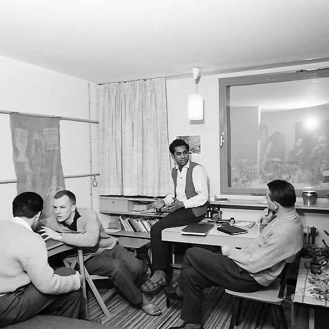 Freiburg: Studenten im Studentenhochhaus bei Diskussion im Zimmer.