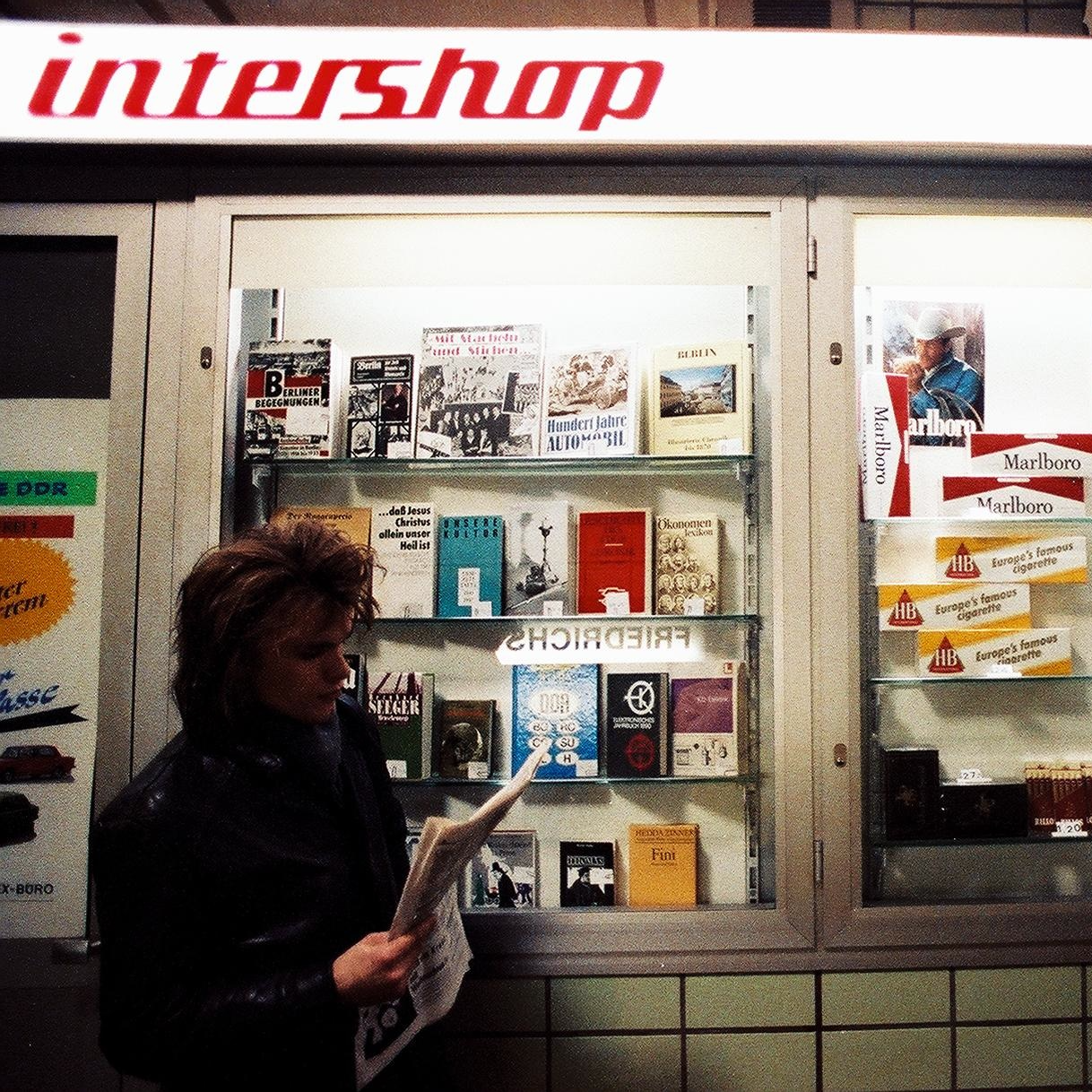 Intershop auf einem U-Bahnsteig des Bahnhofs Berlin Friedrichstraße, nur von West-Berlin aus zugänglich, daher auch mit Schaufenstern, die sonst nicht vorhanden waren. Ebenso gehörten Bücher üblicherweise nicht zum Angebot von Intershops.